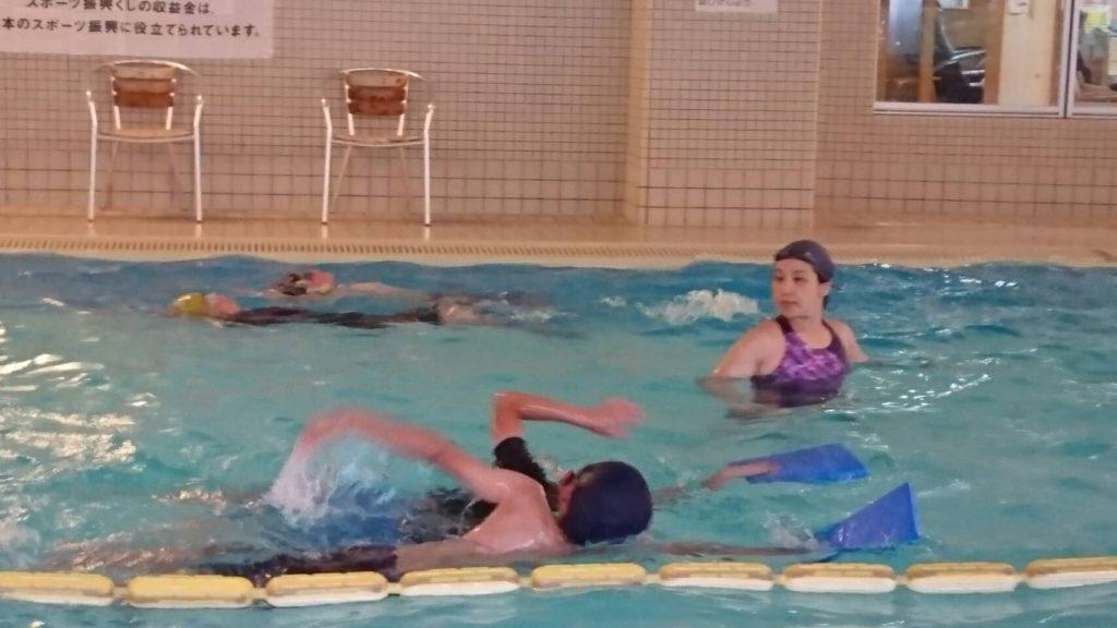 小学校中高学年~中学生のための一歩進んだスイミングクラス。 4泳法、様々なプログラムで 1 レッスン、 750~1000m以上を泳ぎます。